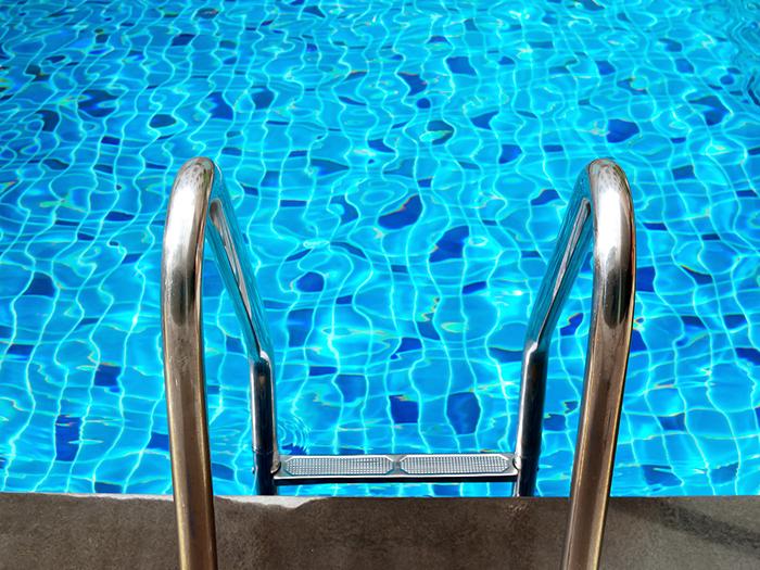 Me voy a la piscina de mi prima!